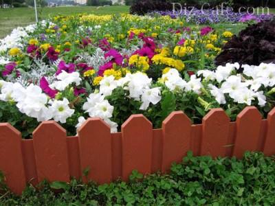 Готовые пластиковые заборчики используются только в декоративных целях — подчеркивать границу цветника. Они не смогут удерживать насыпной грунт в высоких клумбах