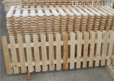 Обычно, при строительстве дома у хозяев часто остаются всевозможные обрезки досок, из которых можно сделать своеобразный заборчик