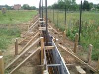Устройство фундамента под забор и его заливка