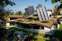 Сливаясь с окружающим ландшафтом: молодежный центр с зеленой крышей